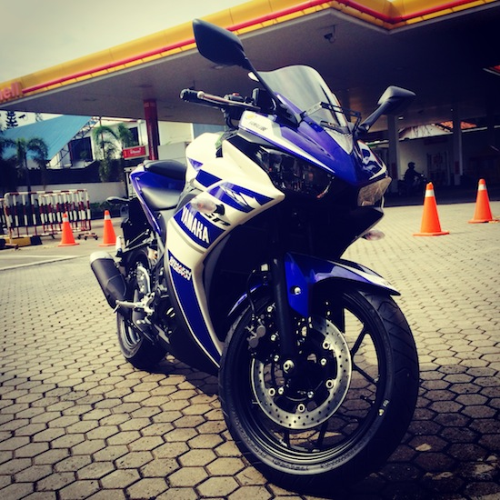 Yamaha R25 at Shell