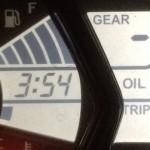 Indikator OIL muncul pada Yamaha R25,… tanda harus ganti Oli… canggih tenaaan …!!!