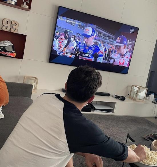 Marquez nonton makan popcorn
